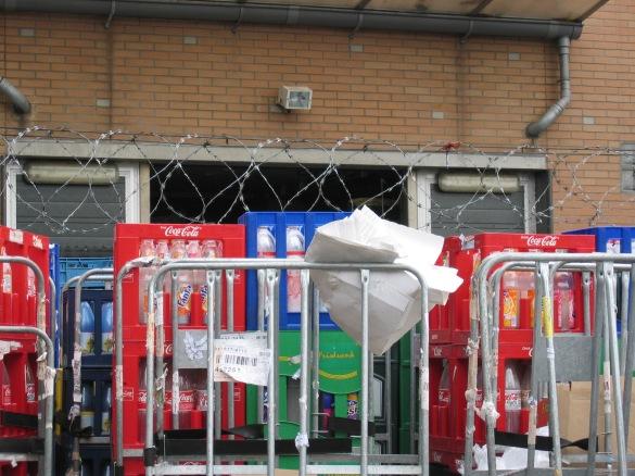 Hoe ga je om met veiligheid? Accepteer je het gebruik van 'Nato-prikkeldraad' door een winkelier om zijn emballage te beschermen tegen diefstal? Accepteer je dan ook het eventuele letsel bij een 'kruimeldief'?